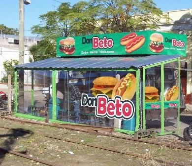 Venta de carro de chorizos y hamburguesas trabajando