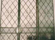 Portón de hierro antiguo con marco y cerradura