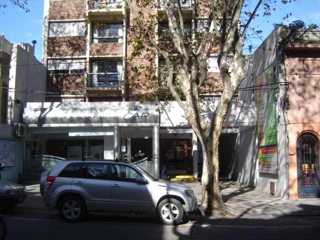 Alquiler de local comercial , sobre av rivera a metros de la española