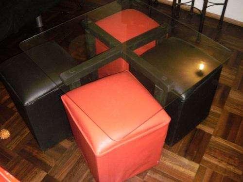 Mesa ratona con 4 puff rojos y negros