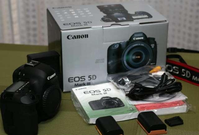 Canon eos 5d mark ii digital camera with lens
