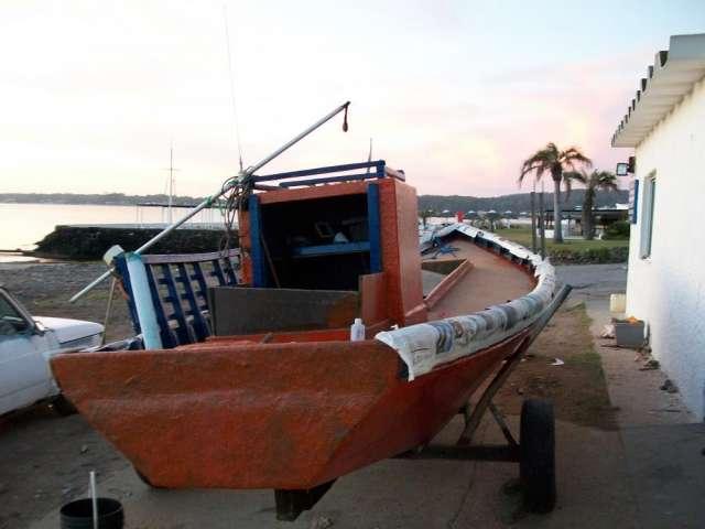 Barca artesanal con motot y trailer