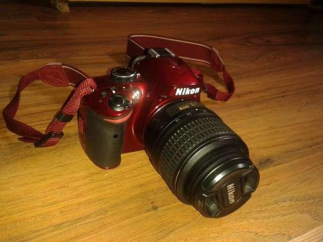 Camara nikon d3200 24.2 mp roja, estuche y accesorios