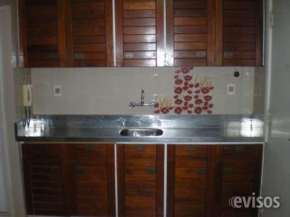 Amplia cocina con 2 mesadas  acero inoxidable