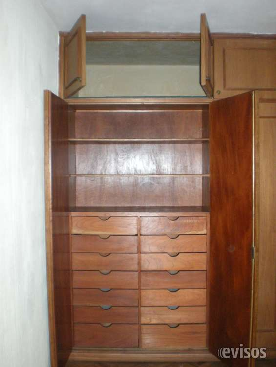 Interior de placares con camisera, pantalonera