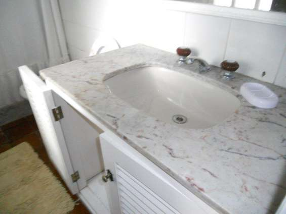 Bacha y mesada marmol baño 20