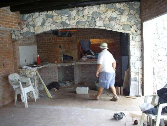 Barbacoa con parrillero,horno,baño,dormitorio estar piedra rustica y laddrillo