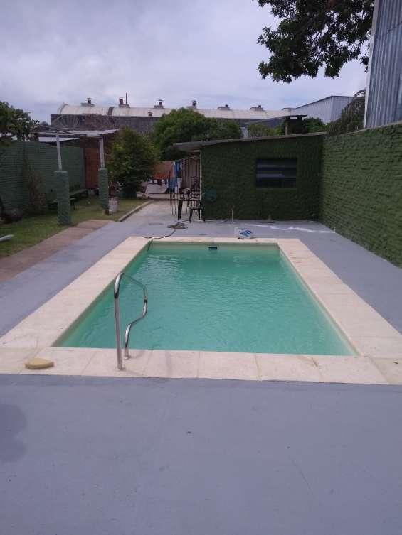 Escobar  piscina modeloecha en el lugar
