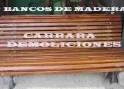 Banco de madera con muchas tablitas, para jardín, exterior. tradicional banco de plaza