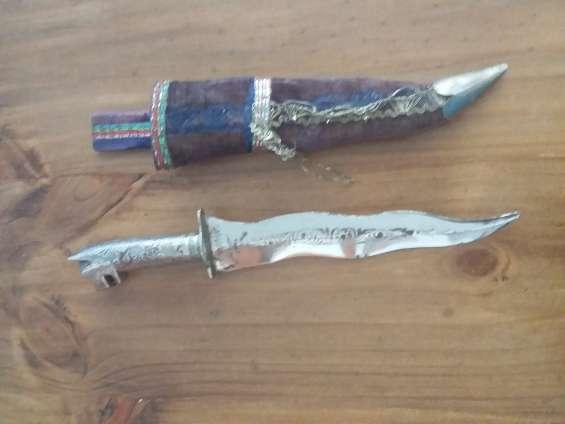 El de hoja flamíjera ,de los adoradores de la diosa kali tengo entendido con funda original 1500