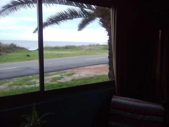 Alquilo bonita cabaña frente al mar para cuatro personas en cuchilla alta.