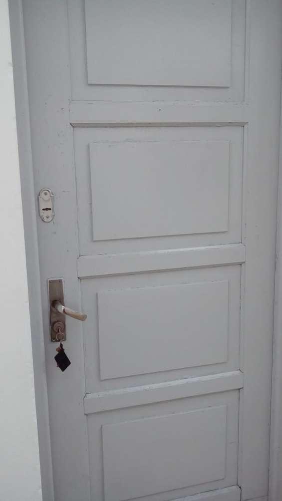 Puerta con doble cerradura