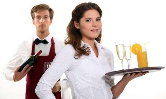 Camareros, camareros, recepcionista y limpiadores necesarios