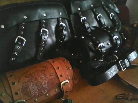 Alforjas,rulos, accesorios en cuero suela