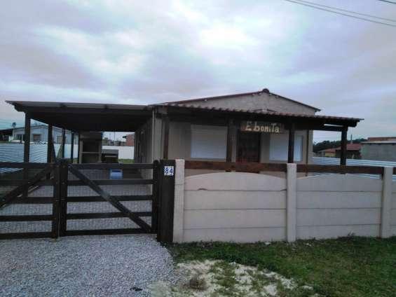 Casa en chuy de 3 dormitorios, 2 baños. cerca del centro. u$s 43.000