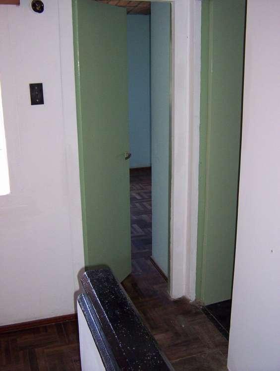 Entrada hacia el dormitorio de la hija abierto y a la derecha el baño.