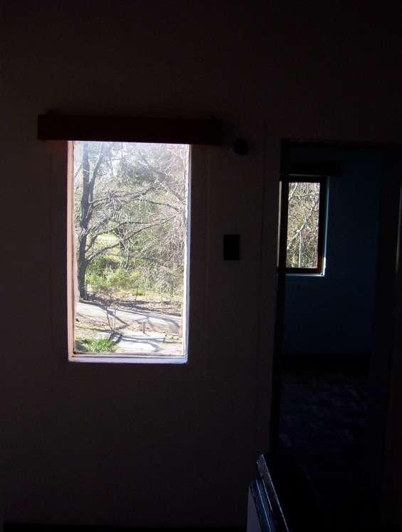 Vista de la ventana del estar arriba hacia la única calle que pasa frente al apartamento y que conduce hacia la playa.