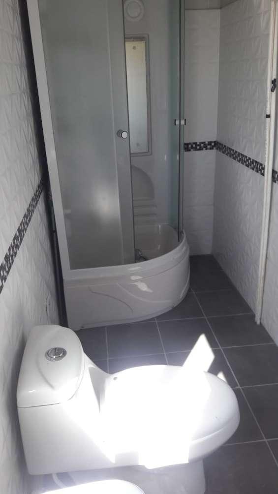 Total 2 baños completos, con cabinas, muy amplios, extractor y luminoso.-