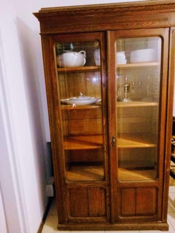 Mueble antiguo hermoso, la madera es frezno, muy superior al roble